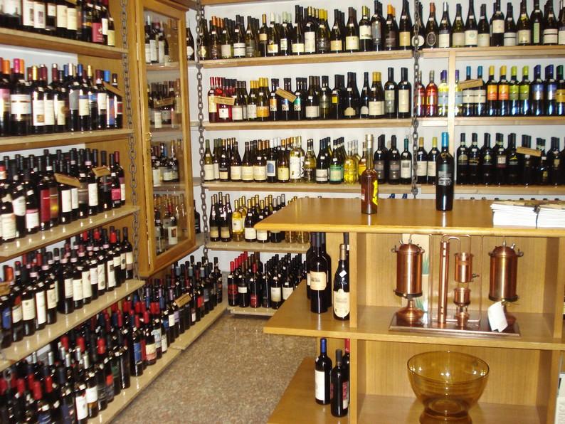 Negozio di vendita al dettaglio di vino, liquori, champagne continua